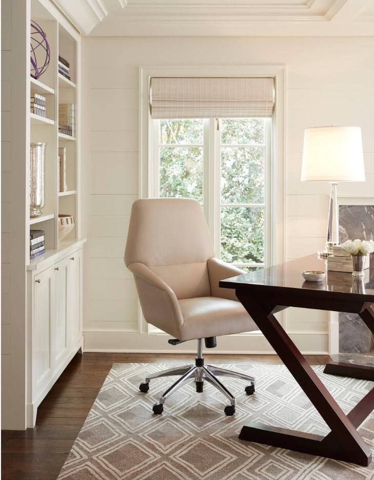 Офисный стул с кожаной обивкой