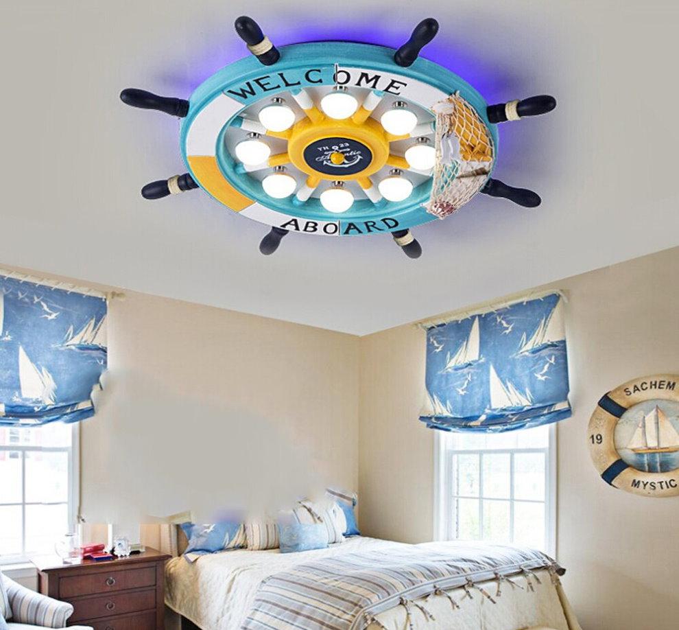 Тематический светильник на потолке комнаты для мальчика