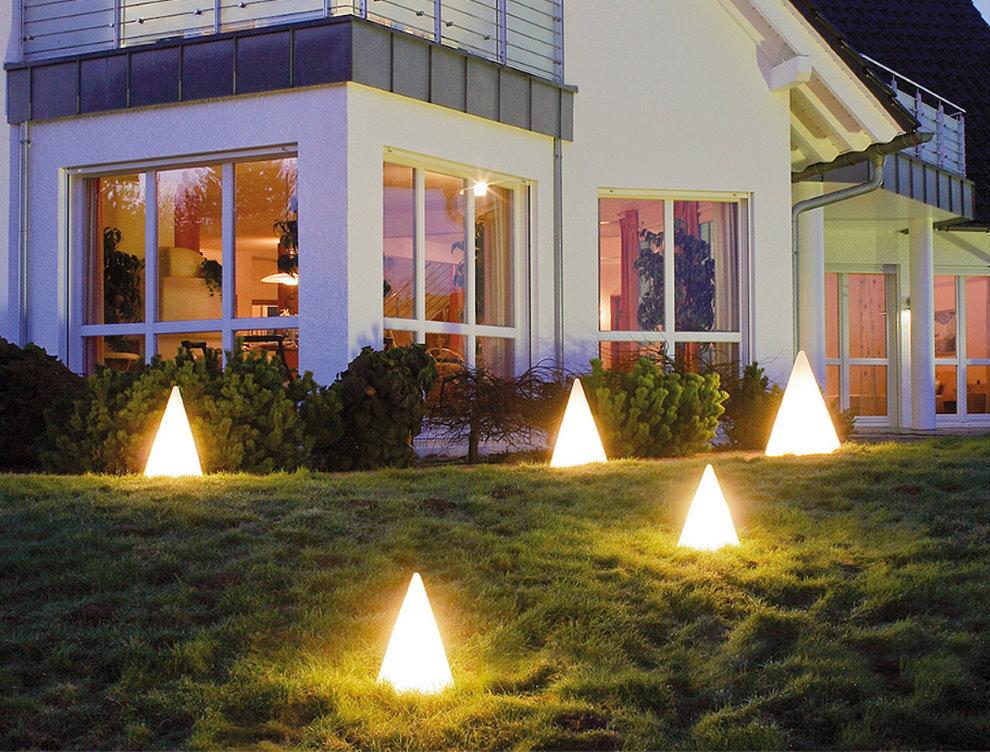 Светильники-пирамидки на газоне перед домом