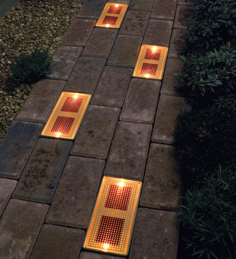 Встроенные светильники в садовой дорожке
