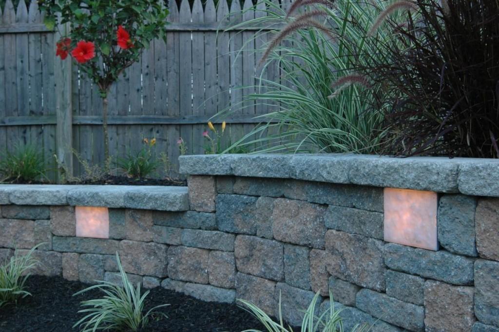 Светильники в подпорной стенке из природного камня