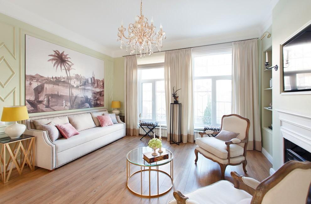 Мягкая мебель с обивкой светлого цвета в зале хрущевки