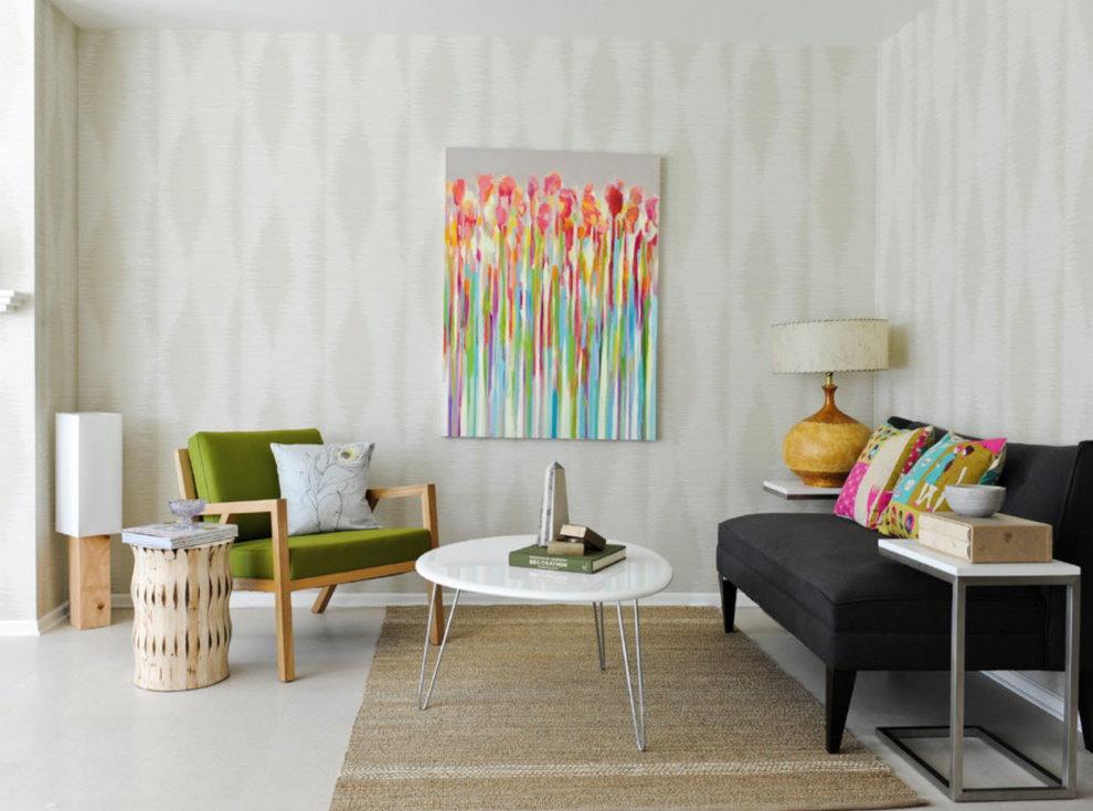 Маленькая гостиная с обоями светлого цвета