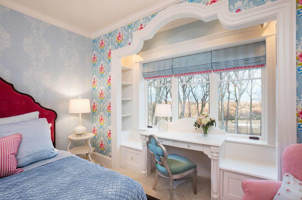 Светло-голубые шторы в комнате мальчика