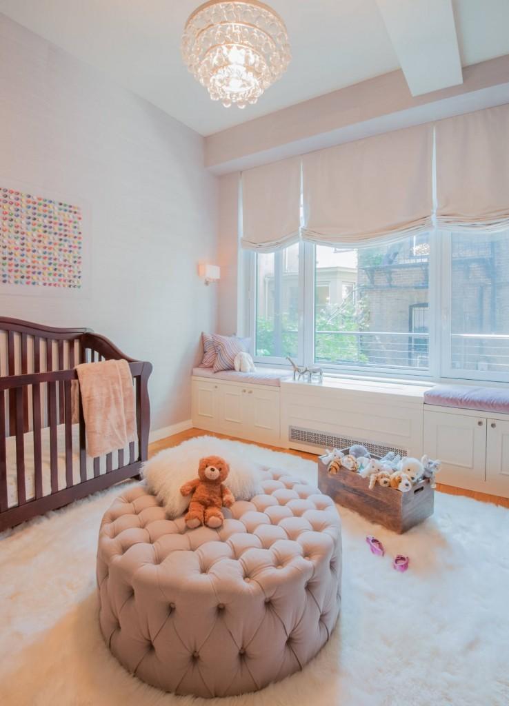 Белые римские шторы в комнате маленького ребенка