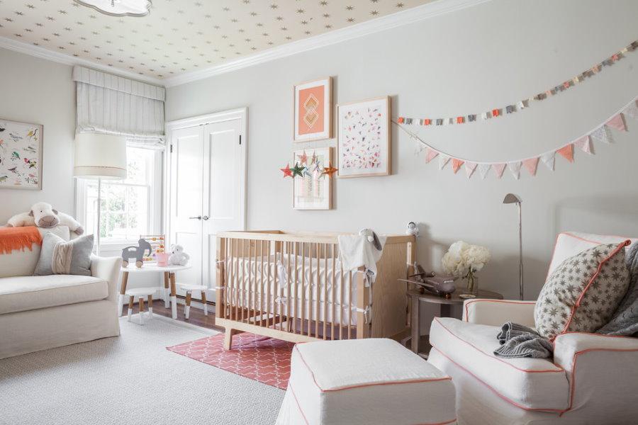 Светлый ковер в комнате для новорожденного