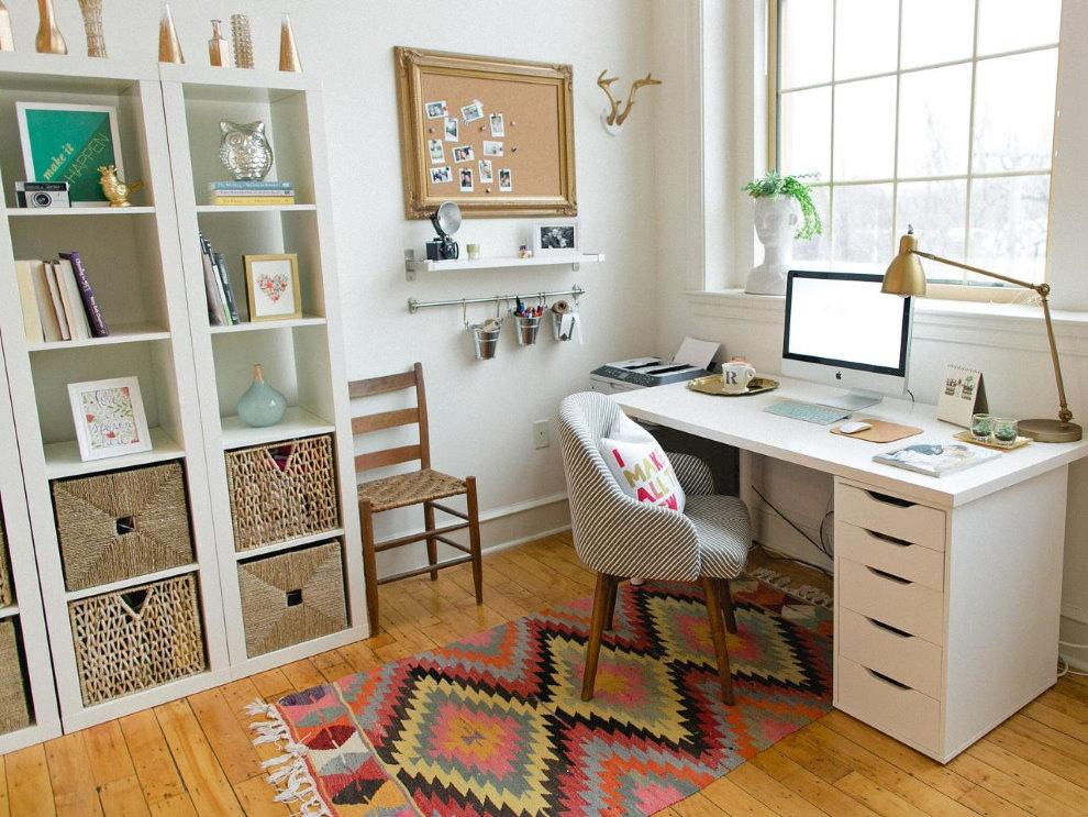 Белый стол в домашнем кабинете загородного дома
