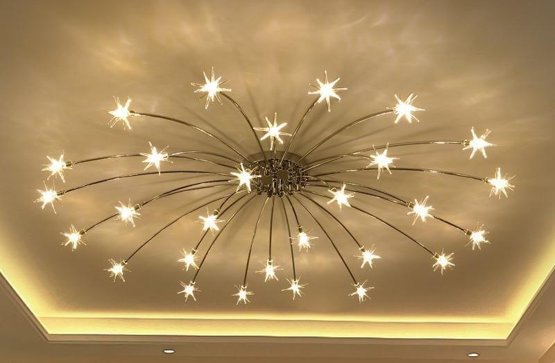 Светодиодная люстра на натяжном потолке в зале