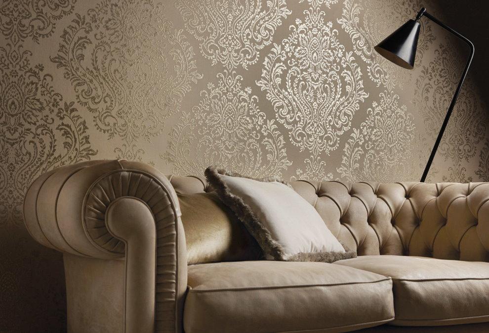 Классический диван возле стены с тканевыми обоями