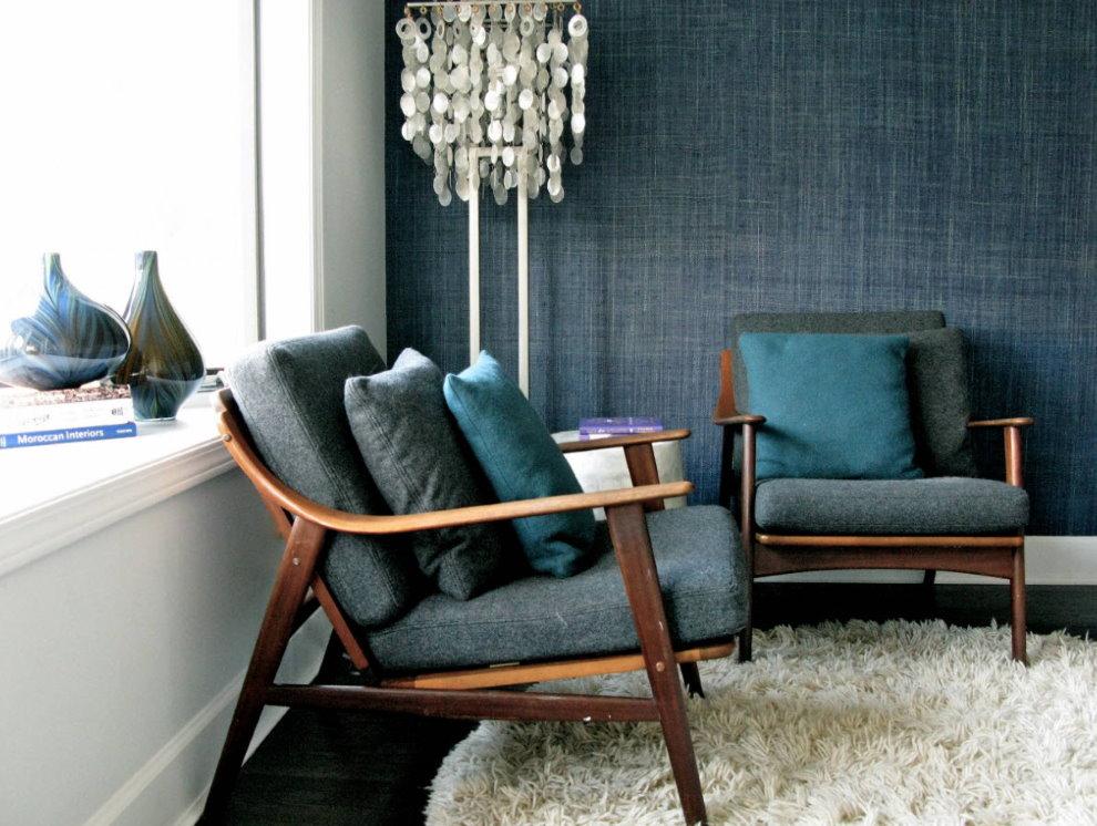 Темно-синие текстильные обои в зале ретро стиля
