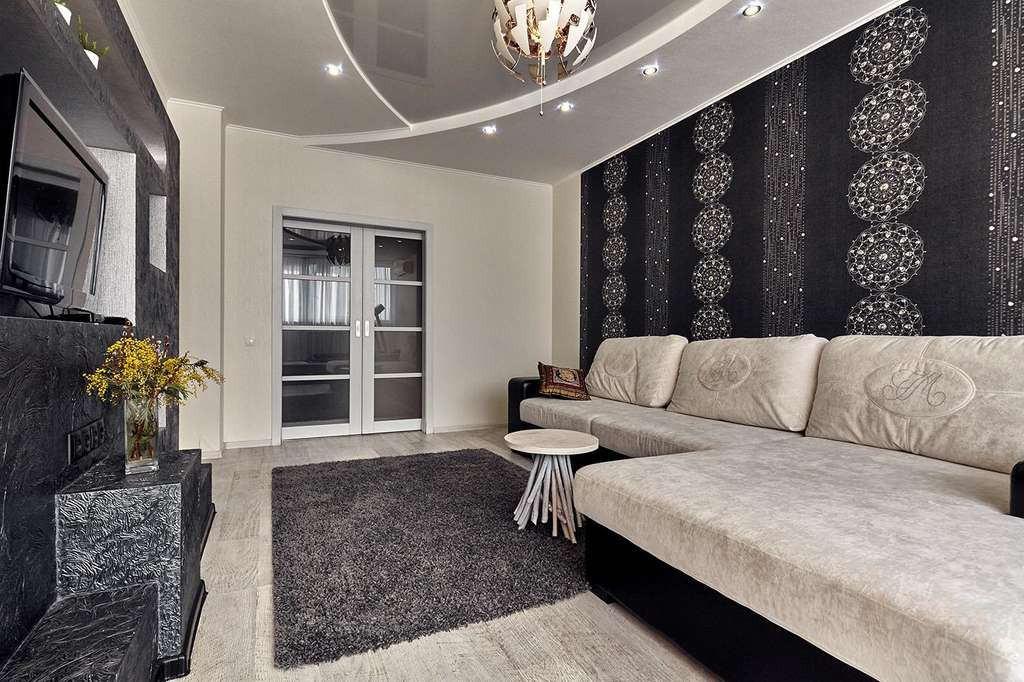 Светлый диван на фоне темных обоев