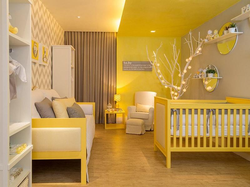 Желтая кроватка в детской комнате
