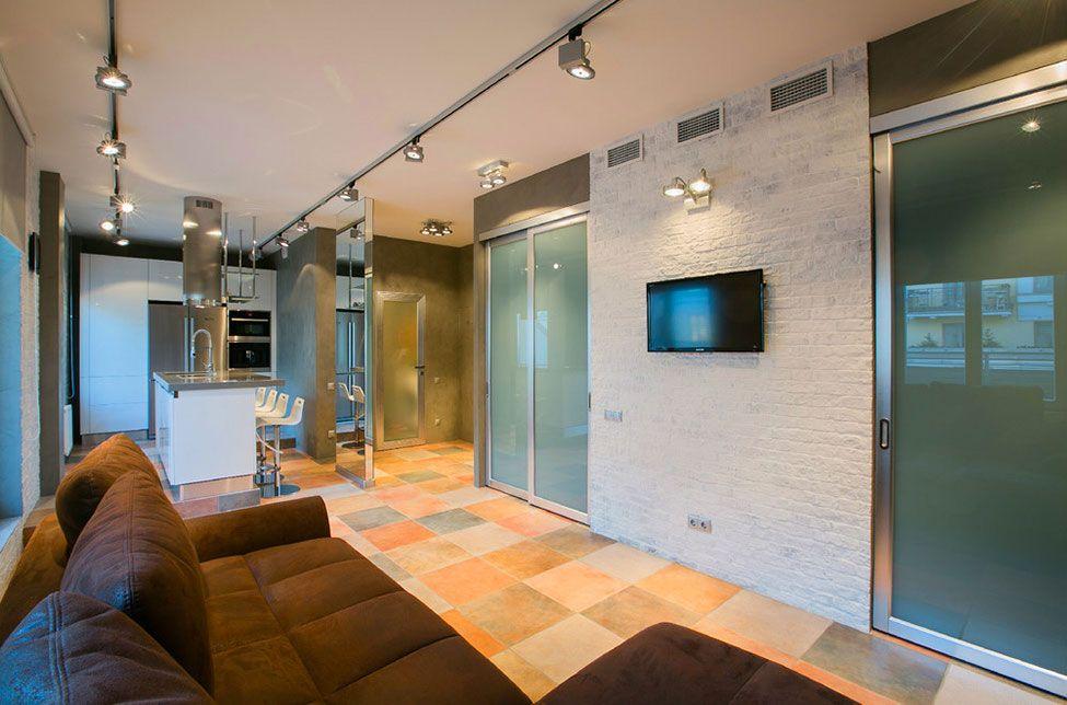 Небольшая комната с элементами хай-тека в интерьере
