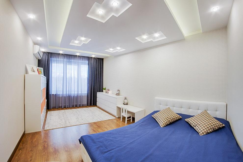Белый потолок со встроенными светильниками точечного типа