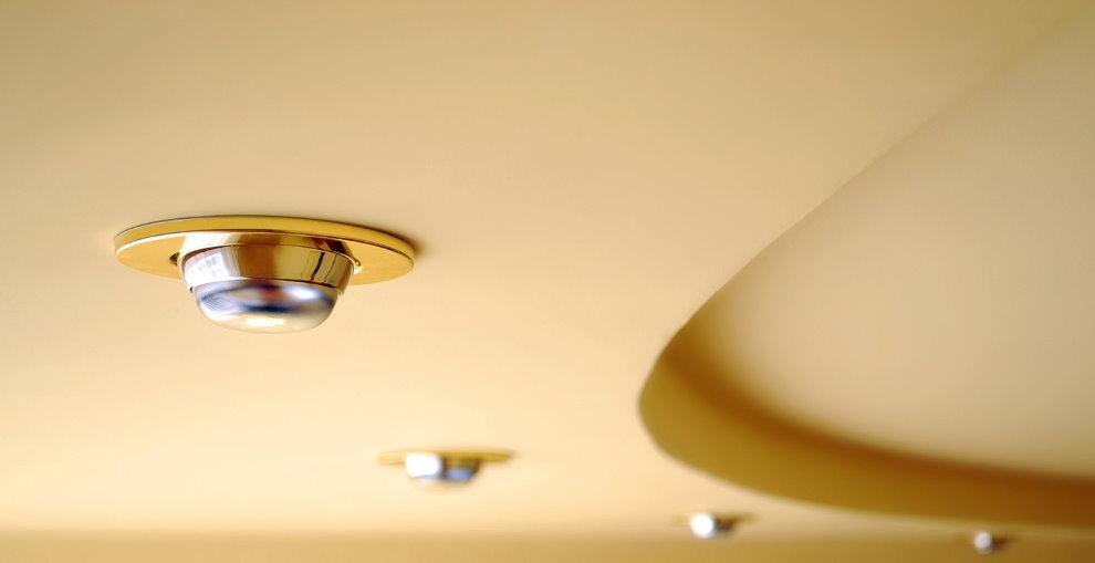 Точечный светильник в позолоченном корпусе