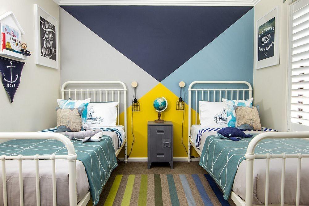 Яркие треугольники на стене комнаты для мальчиков