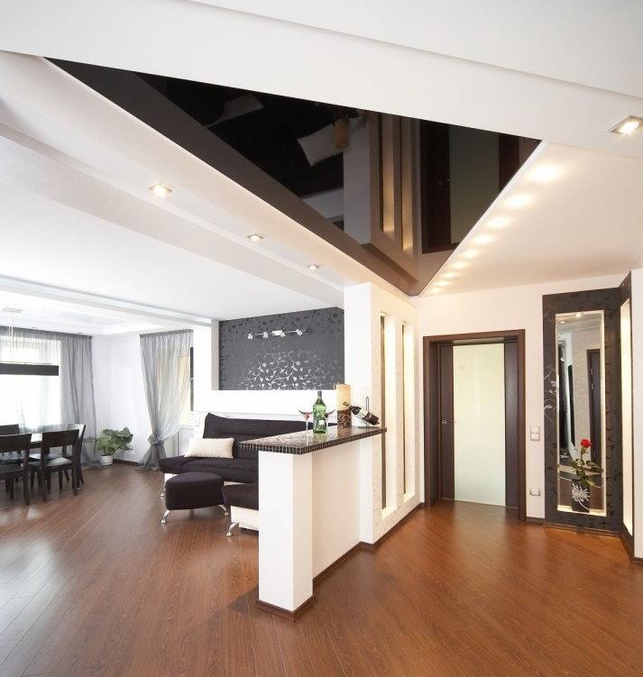 Треугольный натяжной потолок в интерьере зала