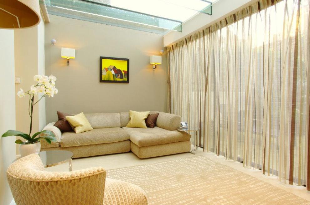 Бежевые шторы из легкого тюля в зале частного дома
