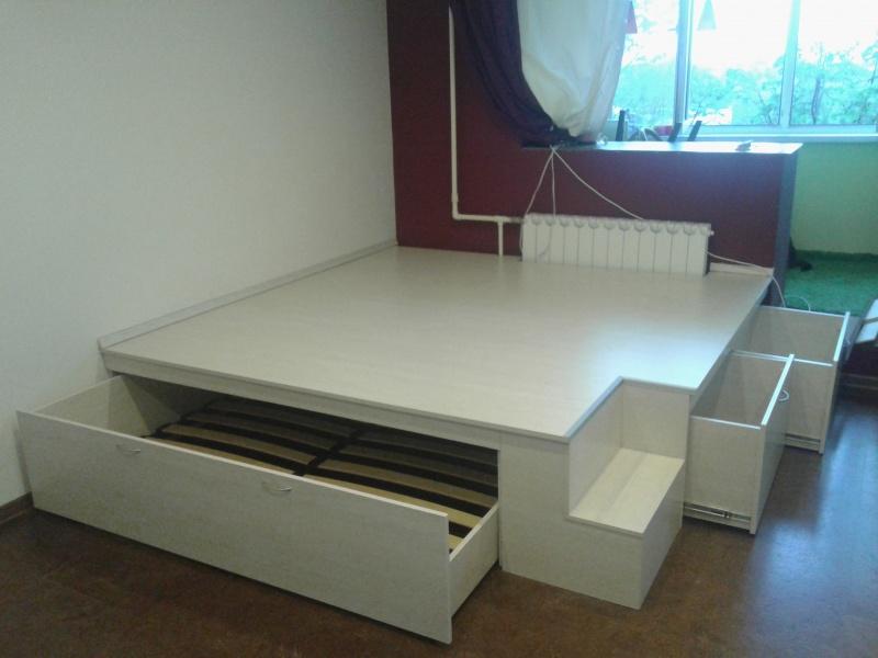 Угловой подиум белого цвета с кроватью и ящиками