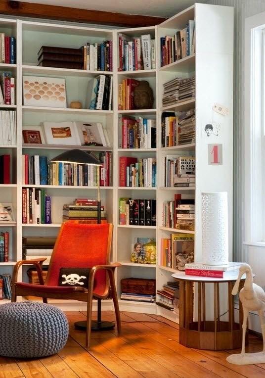 Угловой книжный стеллаж в комнате подростка