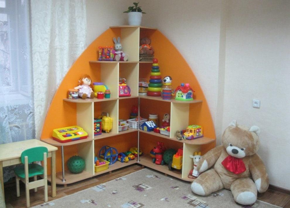 Угловой стеллаж в комнате ребенка дошкольного возраста