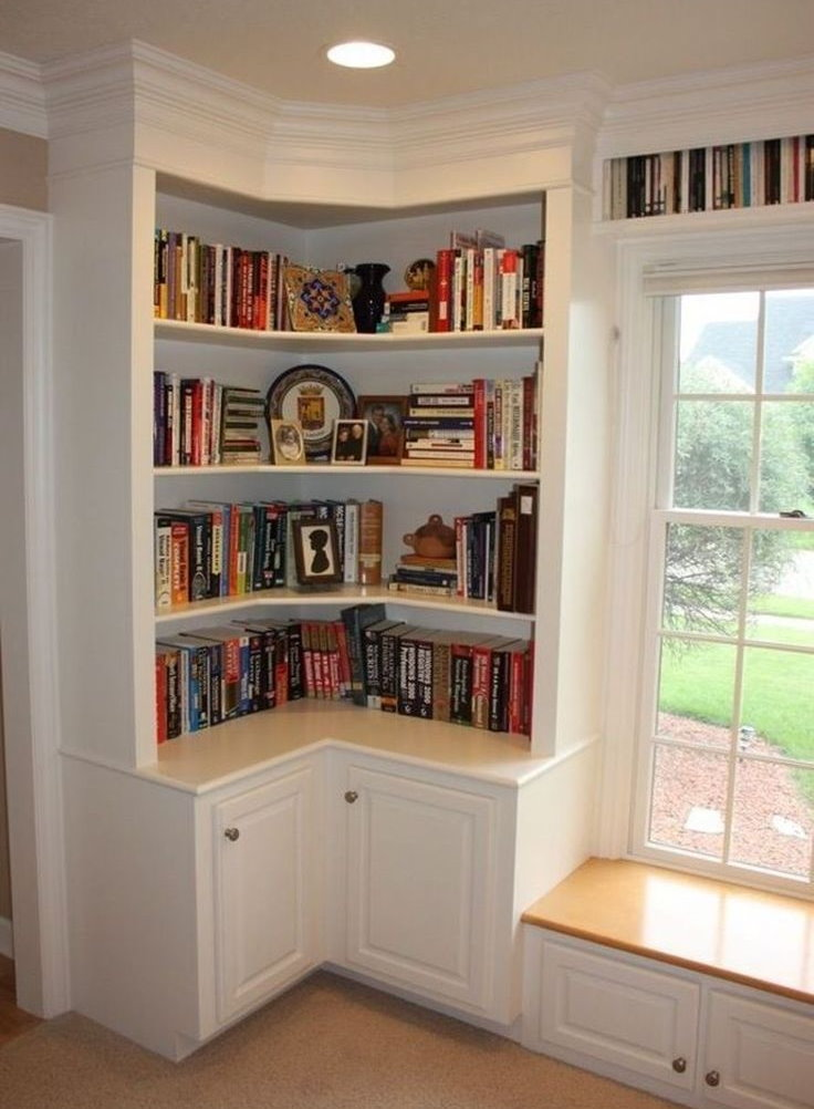 Книги на встроенных полках в углу комнаты