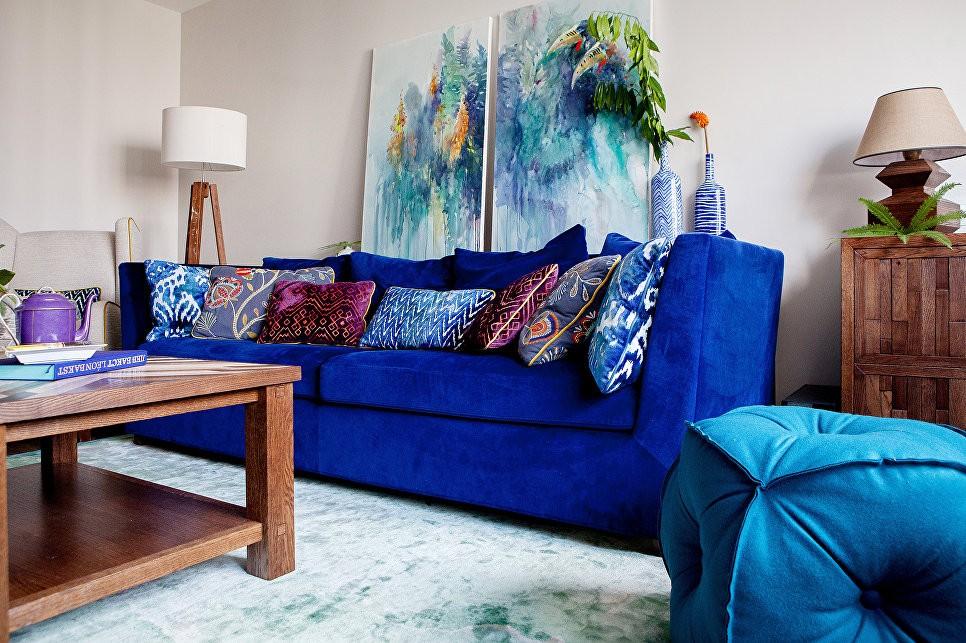 Абстрактные картины над диваном с обивкой ультрамарин