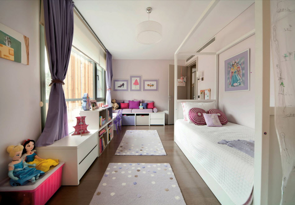 Длинные коврики на полу узкой детской комнаты