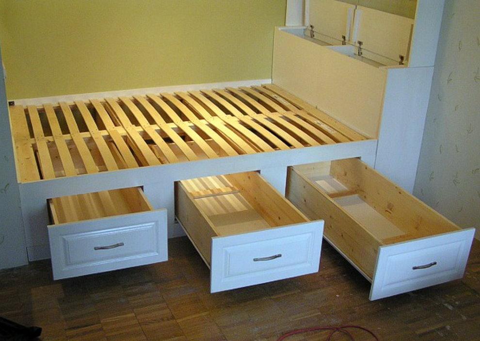 Узкие ящики в корпусе кровати-подиума