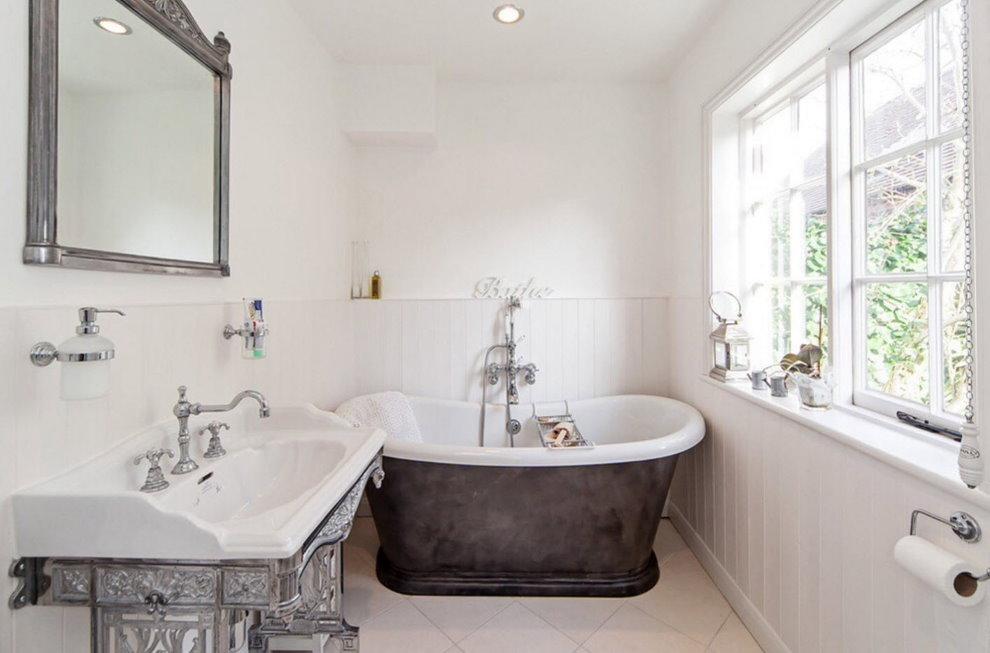Светлая ванная с большим окном