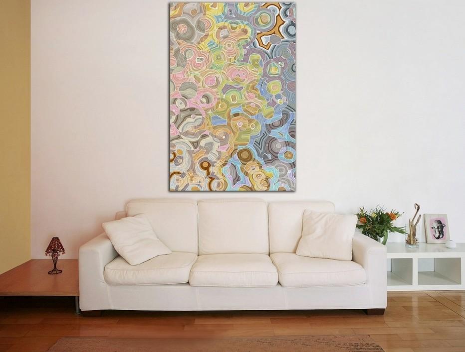 Вертикального расположенная картина на стене зала