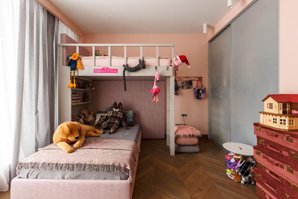 Серые дверцы встроенного шкафа в детской комнате
