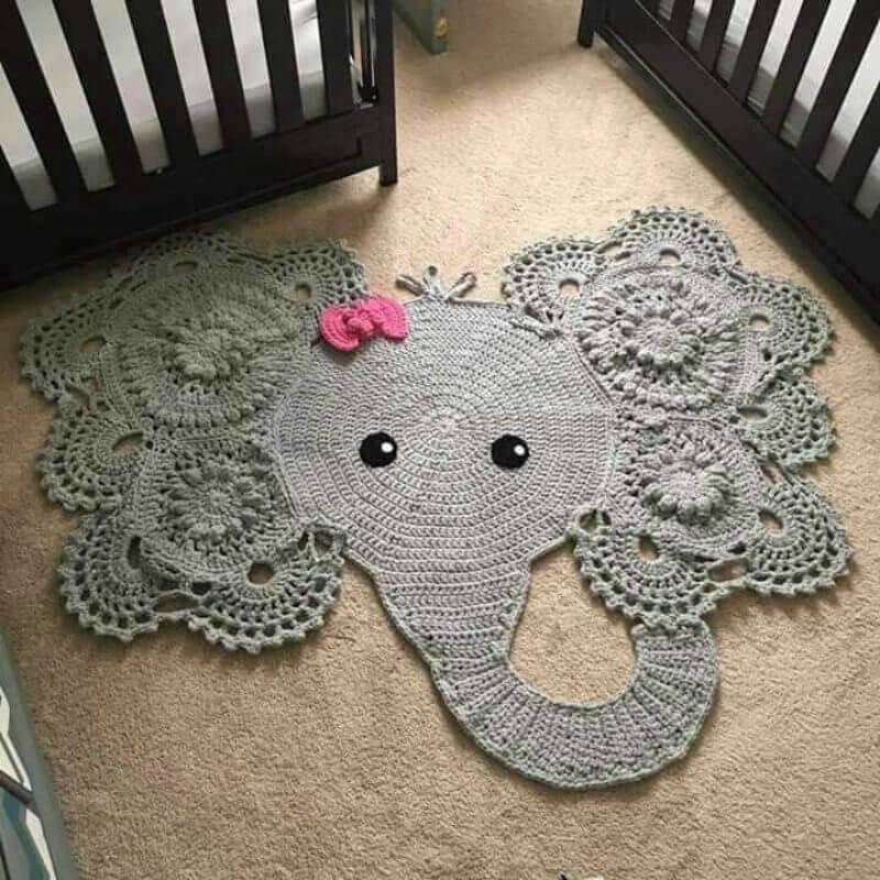 Вязаный коврик в виде слоника перед детскими кроватками