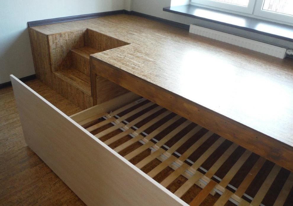 Самодельный подиум с выдвижной кроватью