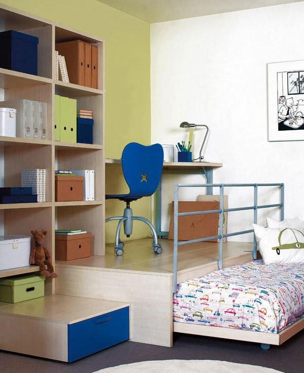 Выдвижная кровать-подиум в комнате мальчика