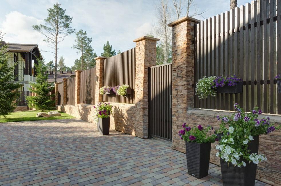 Деревянный забор на каменных столбах