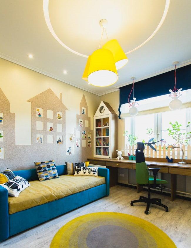 Яркие желтые плафоны потолочного светильника