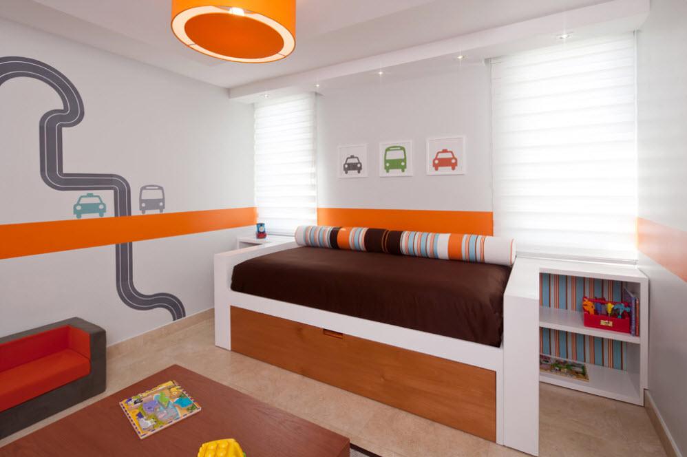 Оранжевая полоса на белой стене