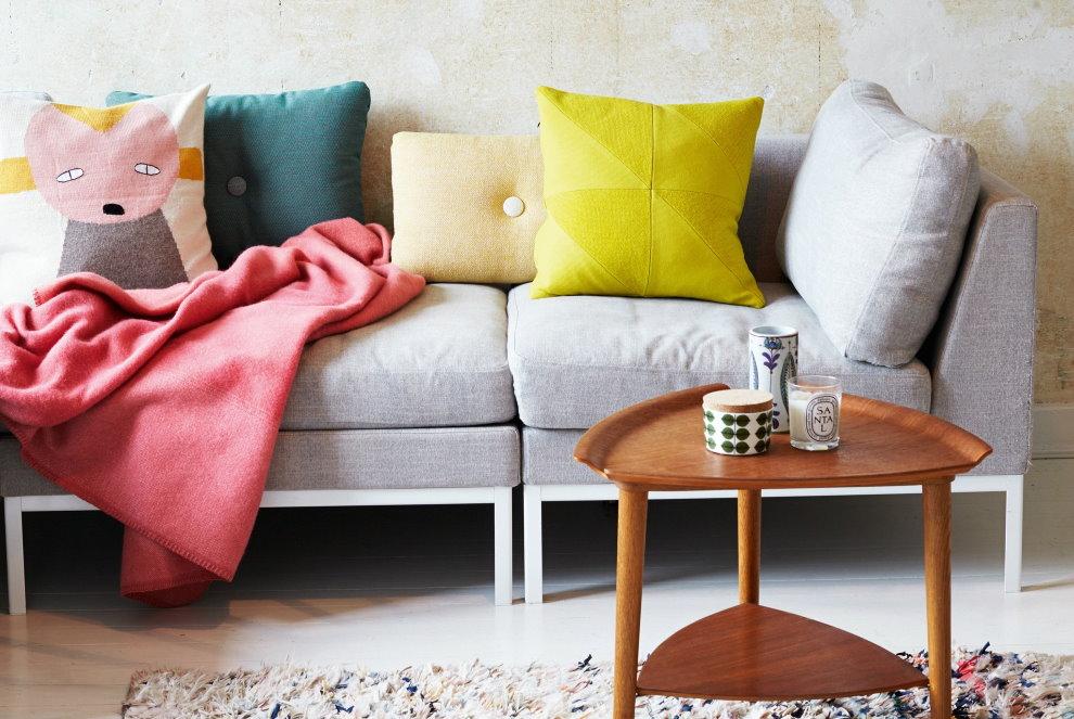 Яркие наволочки на подушках в гостиной