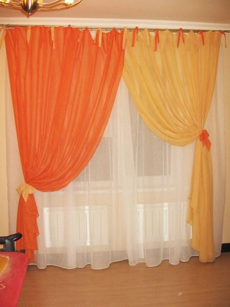 Оранжево-желтые шторы в комнате девочки
