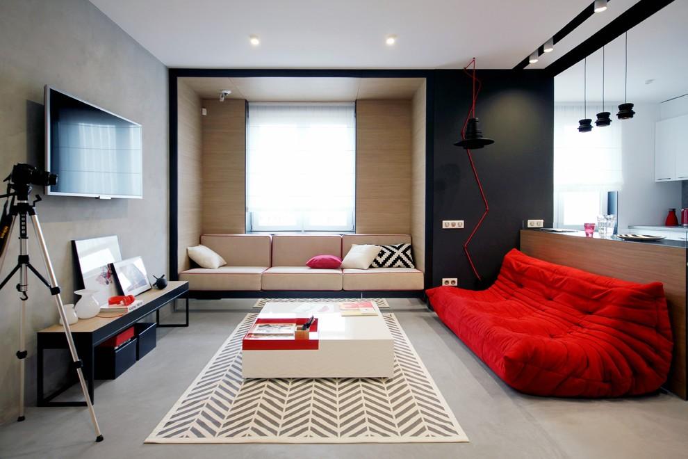 Красная мебель в зале городской квартиры