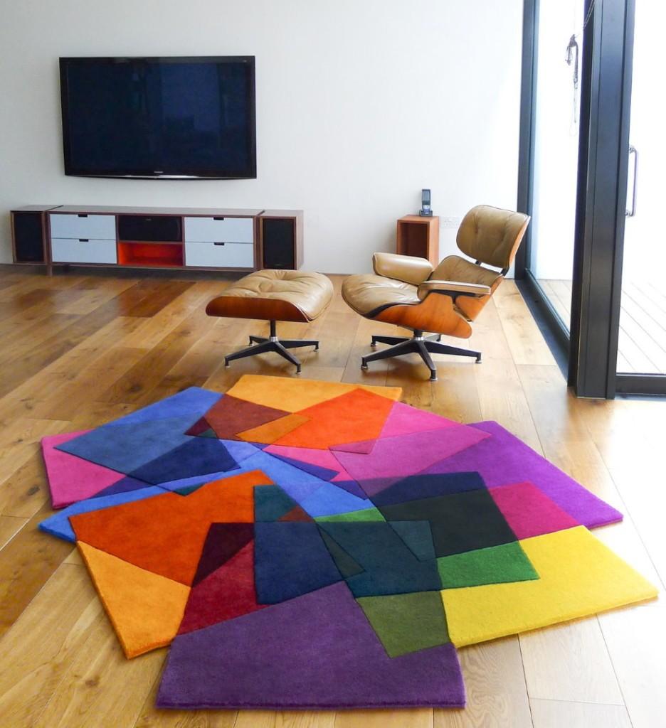 Ковер из разноцветных лоскутов на полу гостиной