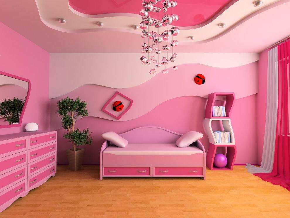 Светильник с хромированными подвесками на розовом потолке