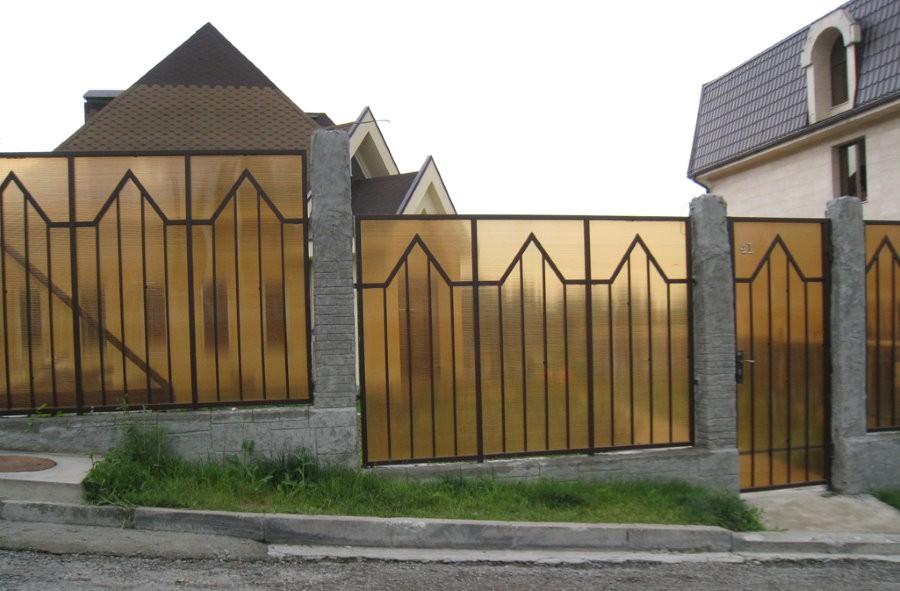 Забор из поликарбоната на стальном каркасе