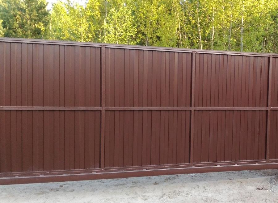 Коричневый забор из профнастила во дворе усадьбы