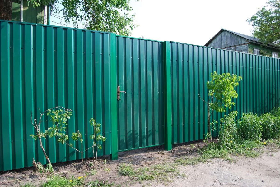 Зеленый глухой забор из профнастила