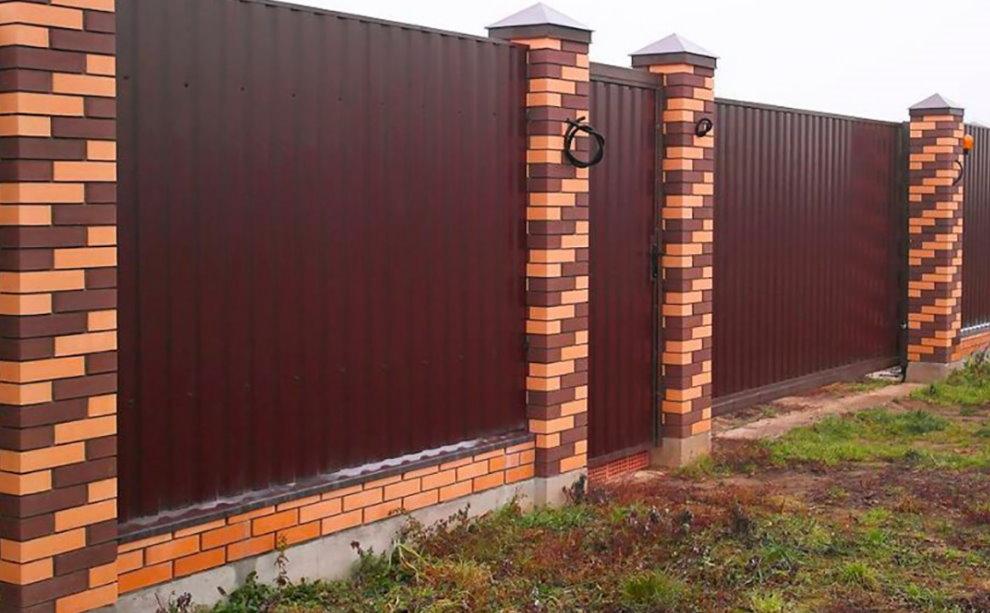 Забор со столбами из разноцветных кирпичей