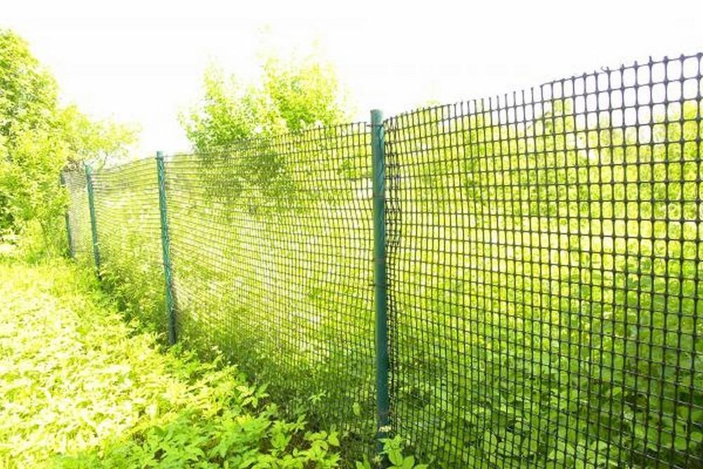 Зеленая пластиковая сетка вместо обычного забора