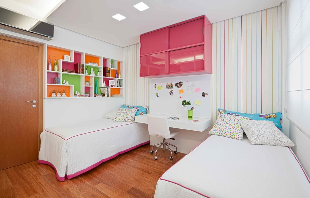 Закрытая полка розового цвета в спальне девочек