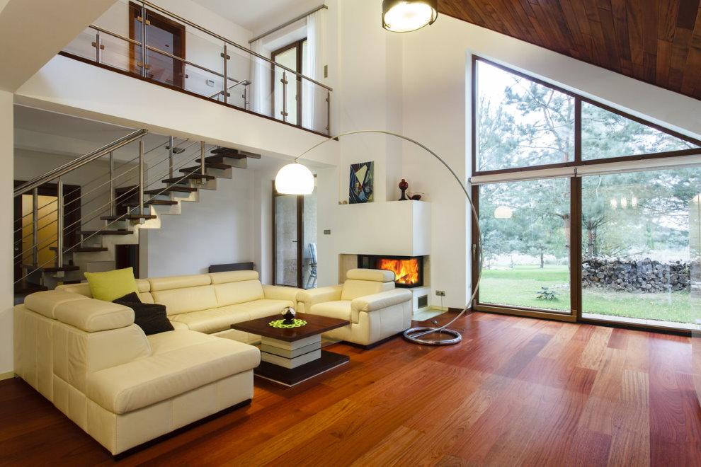 Просторный зал в современном двухэтажном доме